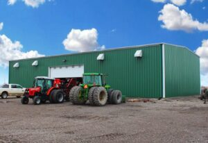 Prefab steel farm building for equipment storage